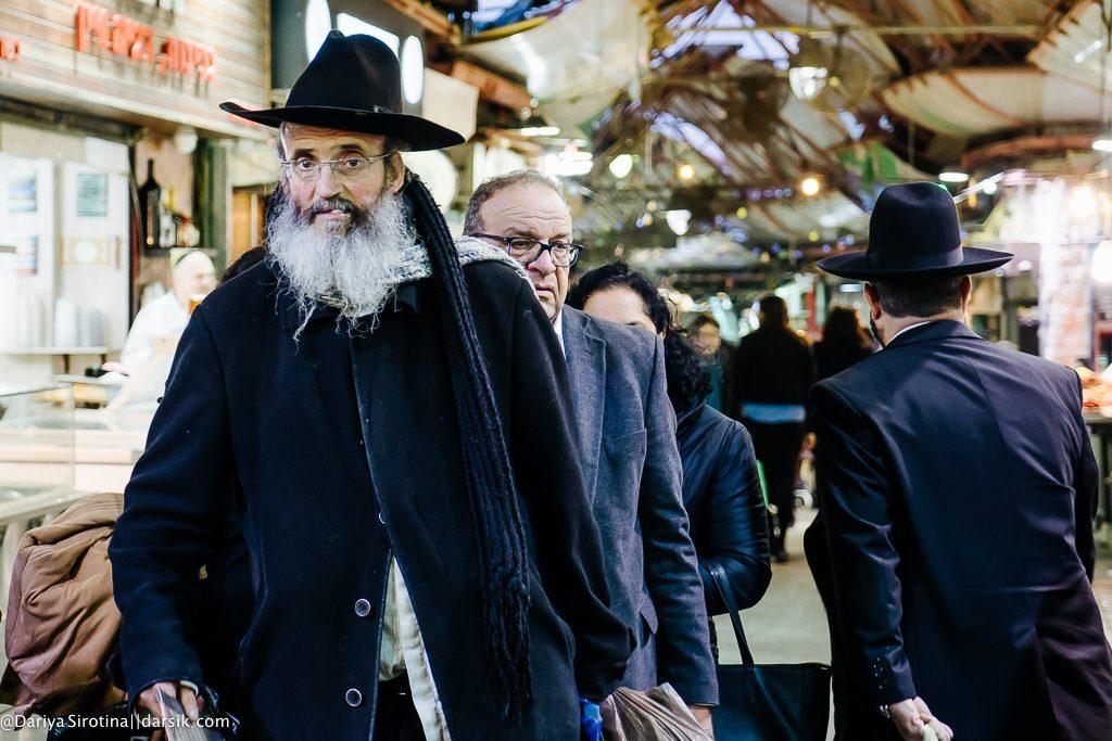 Продавцы и покупатели на рынке Иерусалима