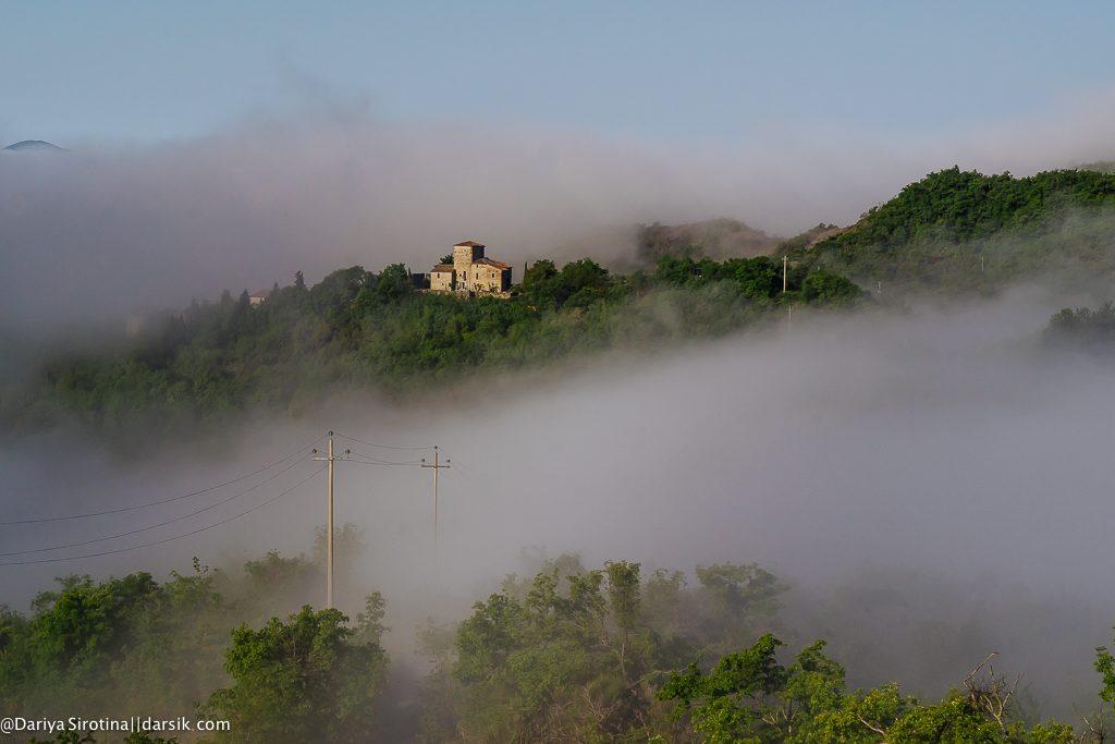На холме, под облаками