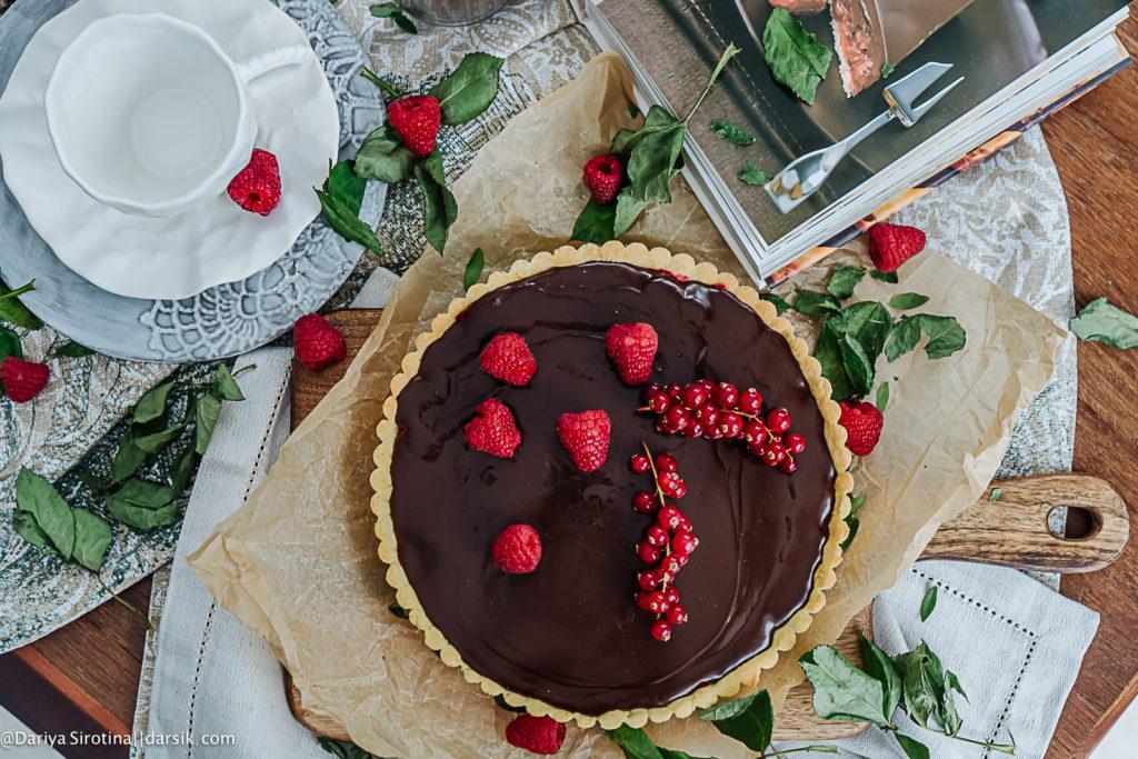 Безглютеновый тарт с малиной и шоколадом